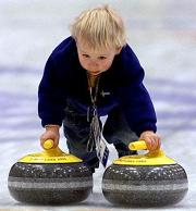 un bambino che gioca con le stones curling