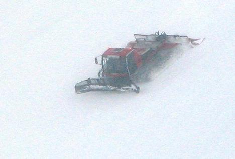 gatto delle nevi mentre batte le piste da sci