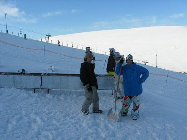 i ragazzi dell'hot ice mentre preparano lo snowpark
