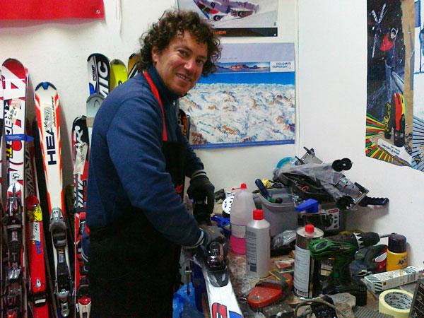Il mitico ski-man Francesco mentre fa manutenzione ad un paio di sci