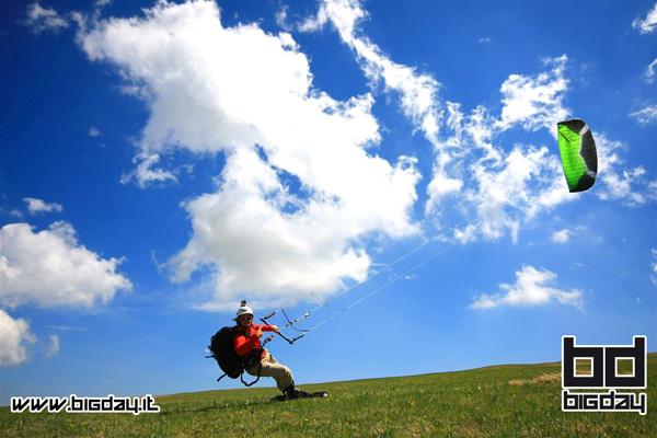 foto di un rider mentre pratica grass kite a Ragnolo