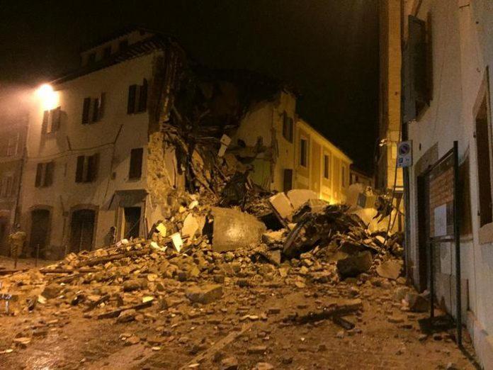 Foto crollo di una casa nella città di Camerino a causa del terremoto.