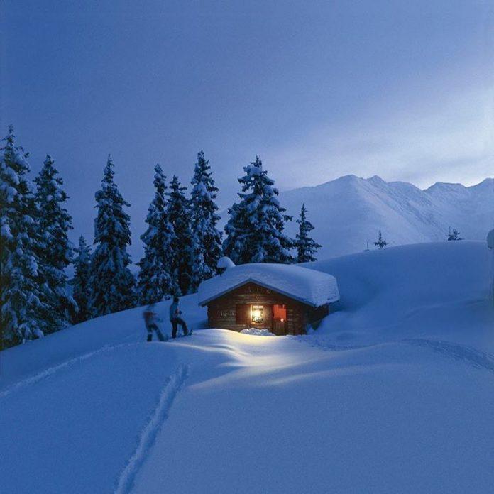 Una baita in montagna immersa nella neve - Credits: daily__dandy