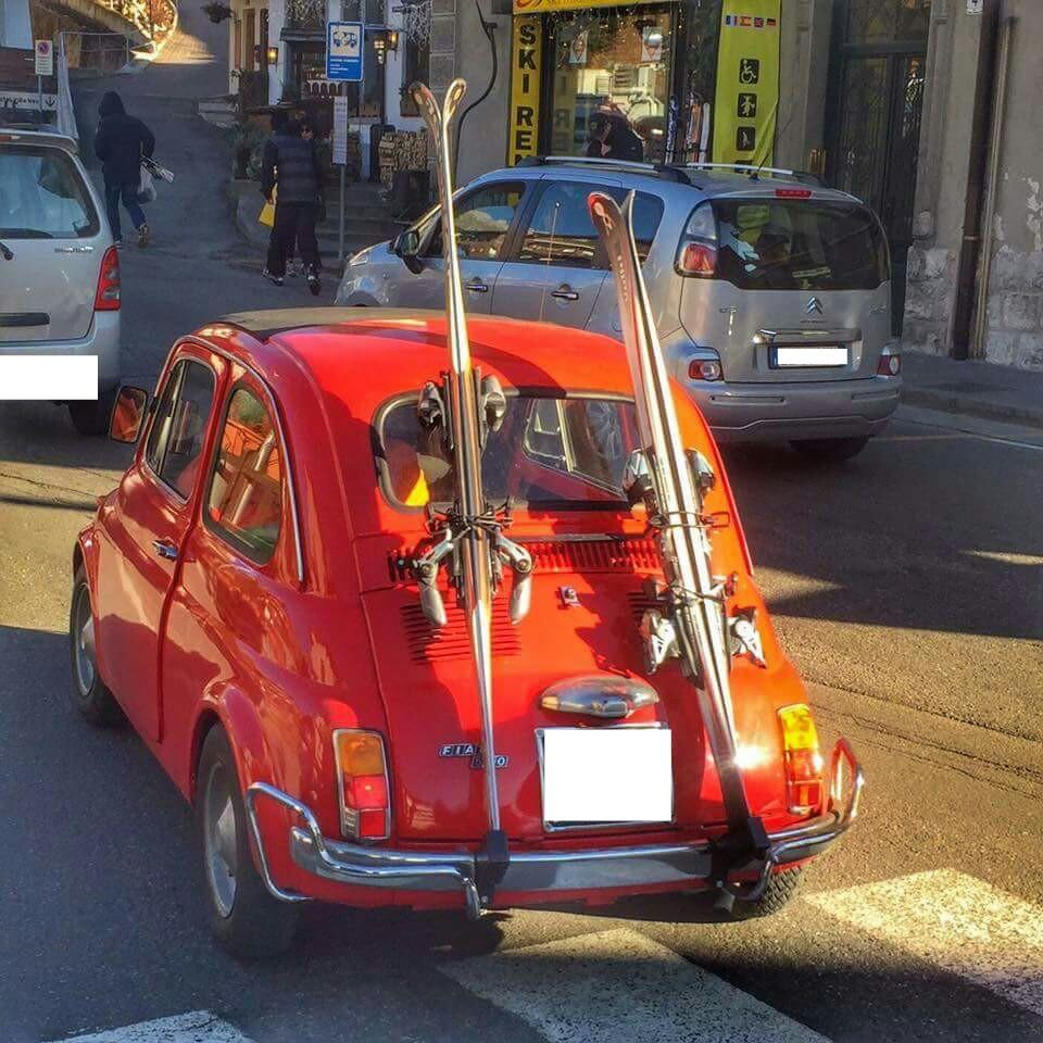 Auto vintage Fiat 500 con gli sci a Cortina d'Ampezzo