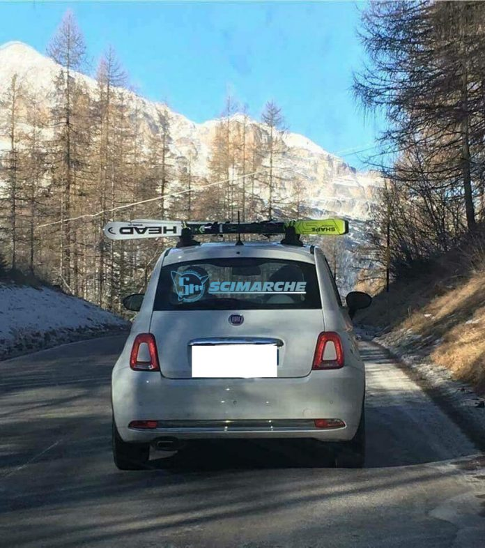La foto della Fiat 500 con il portasci fissato al contrario