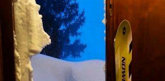 La neve blocca l'uscita della casa a Colfiorito (PG) - Umbria