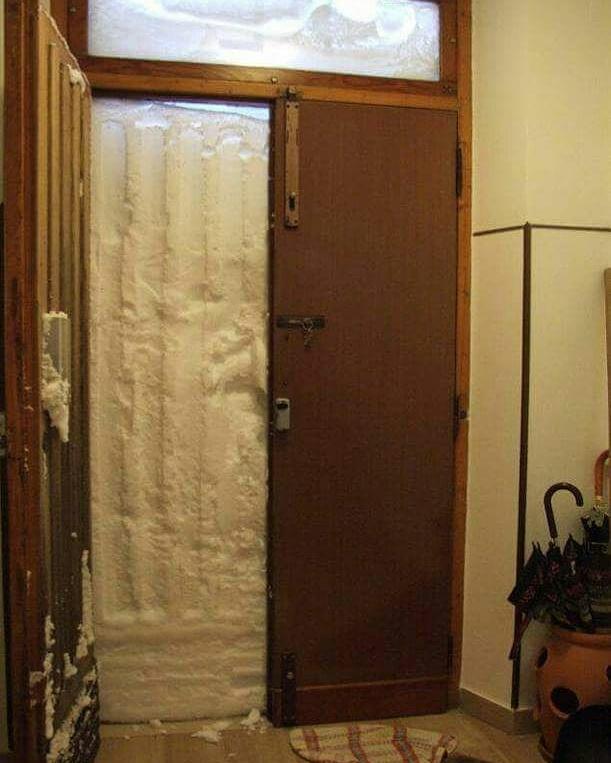 Il muro di neve che bloccava l'uscita alla famiglia di Torrebruna in provincia di Chieti - regione Abruzzo - Italia