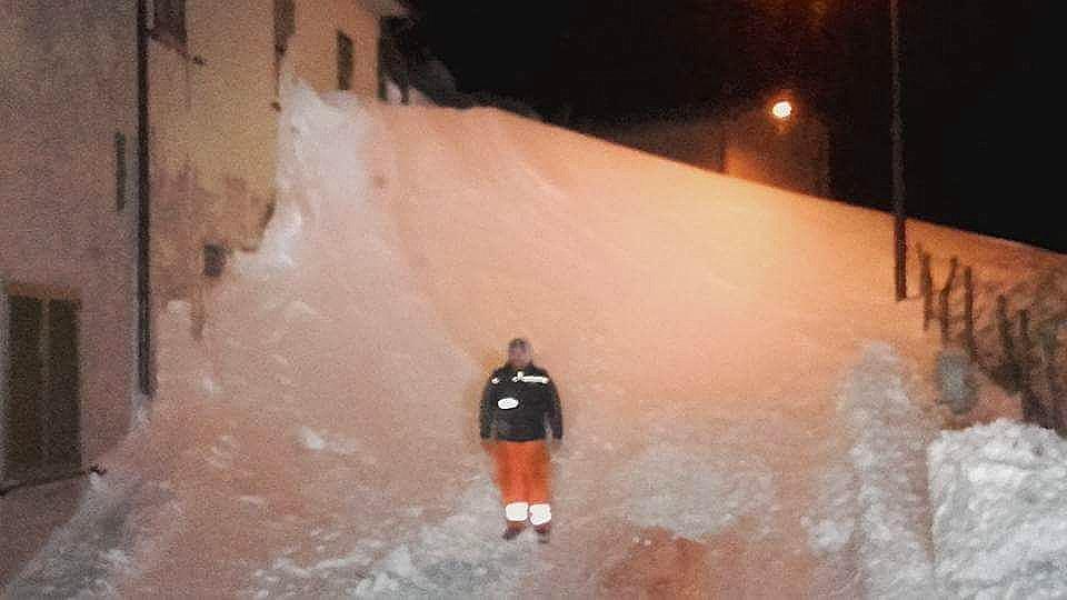 La montagna di neve nella frazione di Riofreddo a Visso (MC)