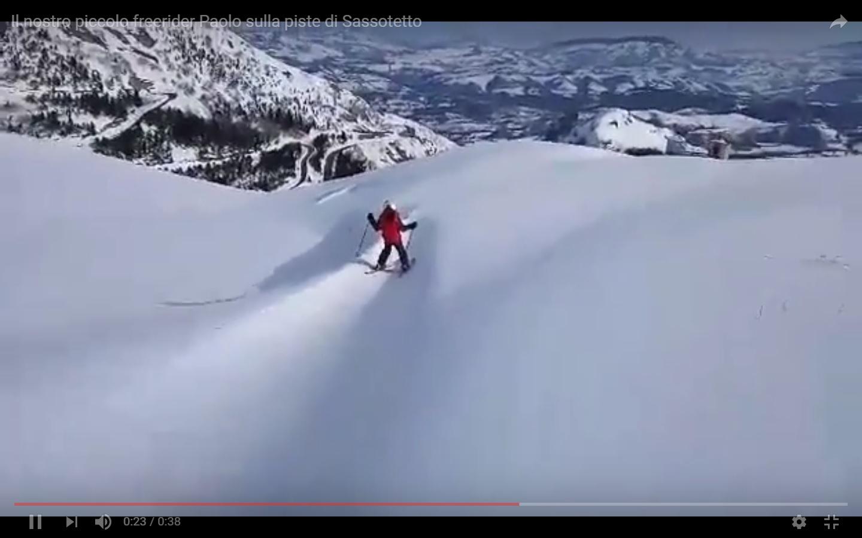 Il video del giorno di Paolo girato dal papà Angelo sulle piste di Sassotetto - Sarnano