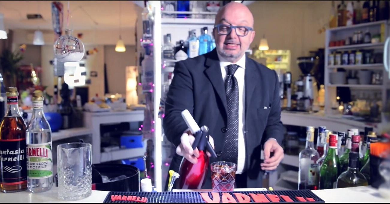 Il barman Stefano Renzetti mentre prepara un Americano macchiato Amaro Sibilla
