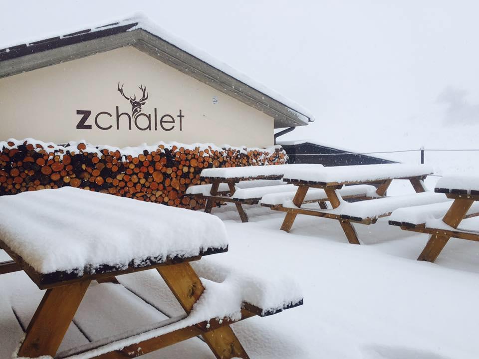 La terrazza del rifugio Zchalet a Bolognola