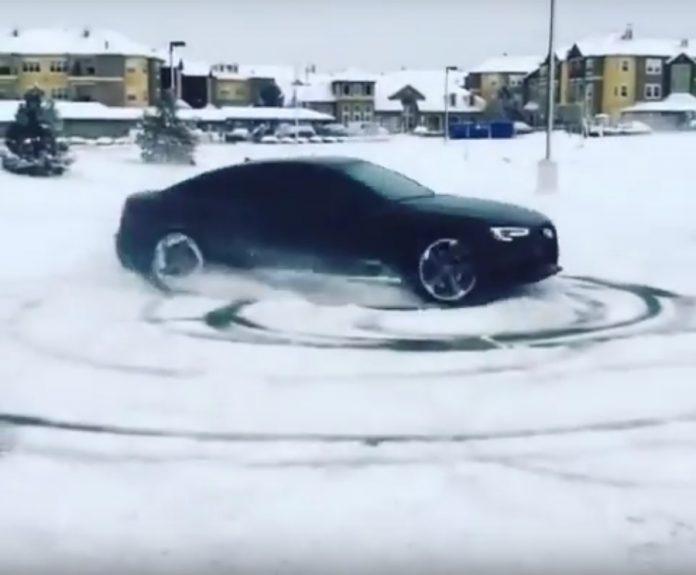 Un pilota professionista ripreso mentre compie dei testacoda sulla neve con un'Audi