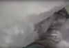 La valanga travolge lo snowboarder Tom Oye che si salva grazie all'airbag