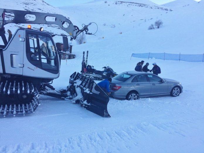 Il gatto delle nevi mentre recupera l'auto bloccata sulle piste da sci di Prato Nevoso