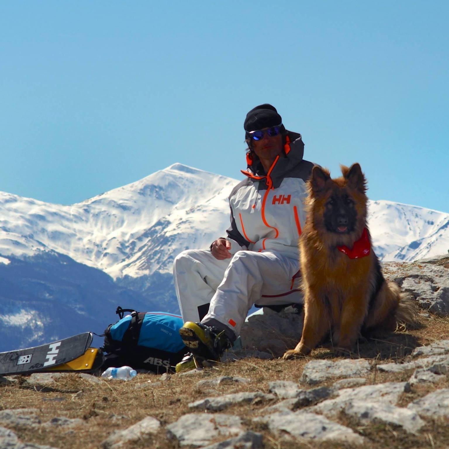 Lorenzo Alesi con Argo (pastore tedesco alsaziano Argo), fotografati da Tania Montani sulla Montagna dei Fiori