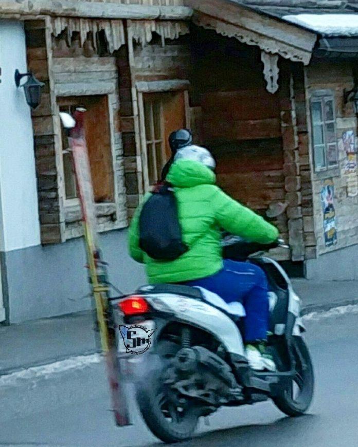 Con il portasci sullo scooter, lui va a comandare