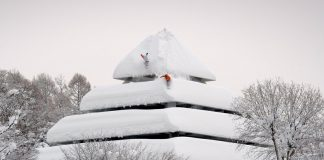 Gli snowboarders Gigi Rüf e Elias Elhardt mentre scendono una pagoda - Credits Pirate Movie Productions - Red Bull