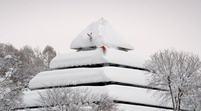 Gli snowboarders Gigi Rüf e Elias Elhardt mentre scendono una pagoda - Credits Pirate Movie Productions - Red Bull