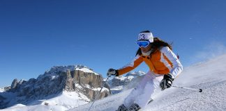 Una sciatrice in Val di Fassa in Trentino Alto Adige
