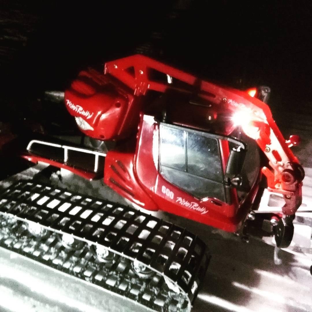 Il modellino del gatto delle nevi PistenBully in uno scatto notturno mentre batte una pista da sci - Credits: _parkbully