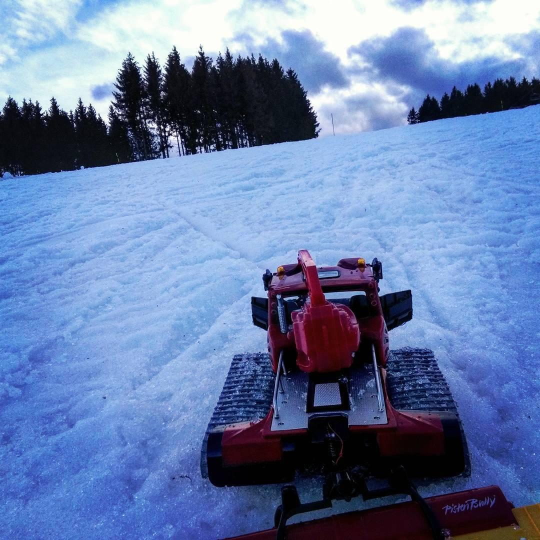 E' tardo pomeriggio ed il modellino del gatto delle nevi PistenBully è pronto per battere le piste - Credits: _parkbully