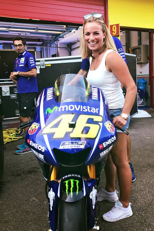 La sciatrice Lara Gut vicino la moto di Valentino Rossi - Credits: Lara Gut
