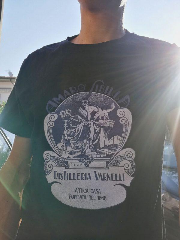 La maglia ufficiale dell'Amaro Sibilla prodotto dalla Distilleria Varnelli