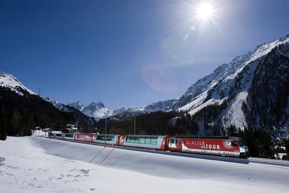 Il treno glacier express che collega Zermatt a St, Moritz