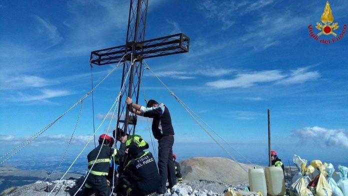 I vigili del fuoco riparano la croce di Pizzo Tre Vescovi