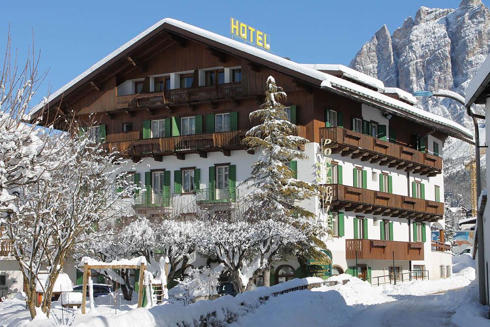L'Hotel Pontechiesa a Cortina d'Ampezzo con la neve