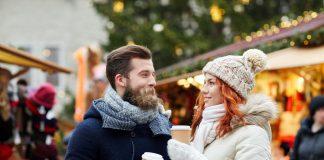 Una coppia durante la Vacanza di Natale in Val di Fassa