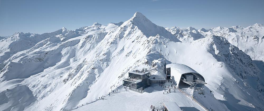 Una vista della stazione della cabinovia accanto al Ristorante Ice Q a Soelden in Austria