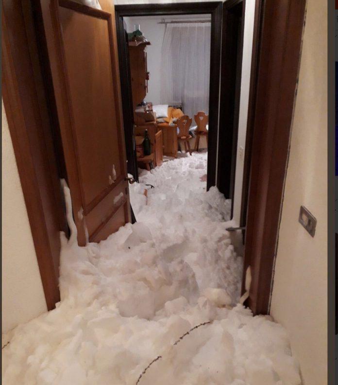 L'interno del condominio colpito dalla slavina a Sestriere