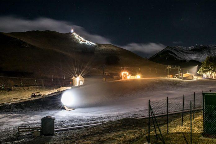 Le foto della produzione della neve artificiale scattate da Andrea Ruello in questo momento a Bolognola