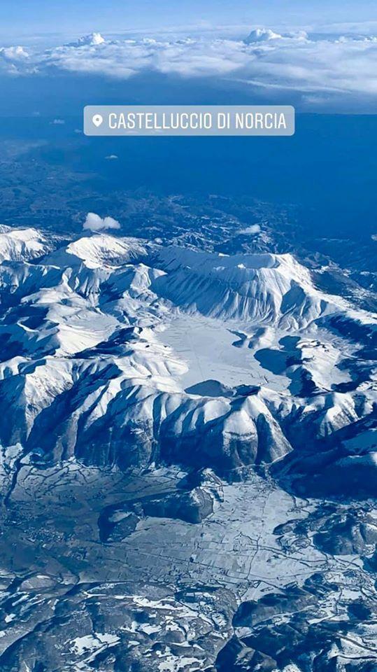 Castelluccio di Norcia con la neve, la foto aerea spettacolare